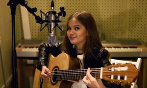 Υπέροχο! Αυτό το κοριτσάκι τραγουδάει το «Shallow» και μαγεύει τους πάντες (vid)