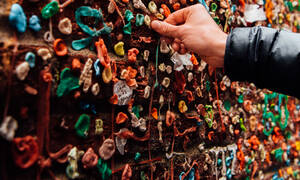 «Seattle Gum Wall»: Το περίεργο διάσημο αξιοθέατο στις ΗΠΑ θέλει τσίχλες κολλημένες σε έναν τοίχο