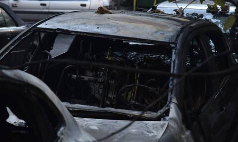 Κάμερες ασφαλείας «έπιασαν» τους εμπρηστές των αυτοκινήτων στο Κολωνάκι (pics+vid)