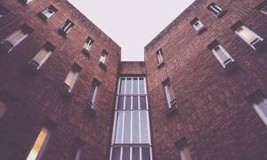 Ασύλληπτο: Γυναίκα πέφτει από τον 9ο όροφο - Η συνέχεια είναι αδιανόητη... (pics - vid)