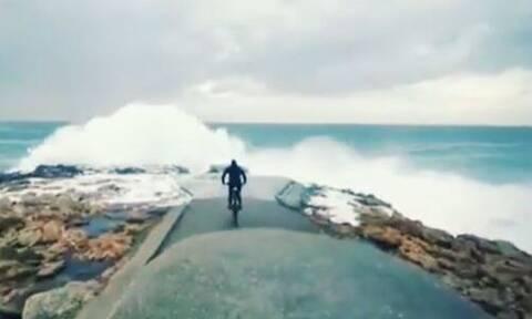 Τρόμος: Τεράστια κύματα «καταπίνουν» ποδηλάτη (pics - vid)