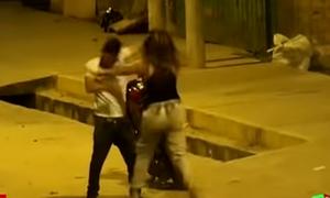 Επικός καυγάς ζευγαριού! Πήγε να την φιλήσει βίαια - Τον πλάκωσε στα μπουκέτα! (vid)