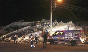 Φονικός σεισμός στην Τουρκία: Θάνατος και συντρίμμια - Αγωνία για τους εγκλωβισμένους