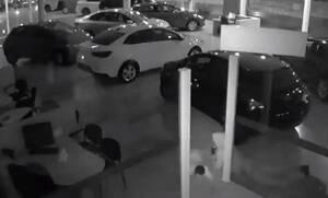 Μπήκαν σε αντιπροσωπεία και έκλεψαν πέντε αυτοκίνητα αξίας 400 εκατ. ευρώ (video)