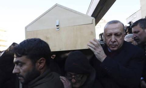 Σεισμός στην Τουρκία: Μαυροφορεμένος ο Ερντογάν κρατάει φέρετρο σε κηδεία μητέρας και γιου