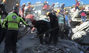 Σεισμός στην Τουρκία: Η συγκλονιστική στιγμή που βγάζουν ζωντανές από τα ερείπια μάνα και κόρη