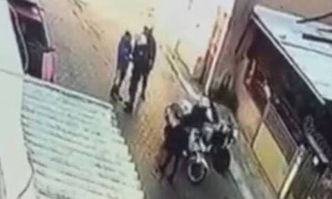 Βίντεο - σοκ: Αστυνομικός της ΔΙΑΣ χτύπησε ανήλικο στο Μενίδι