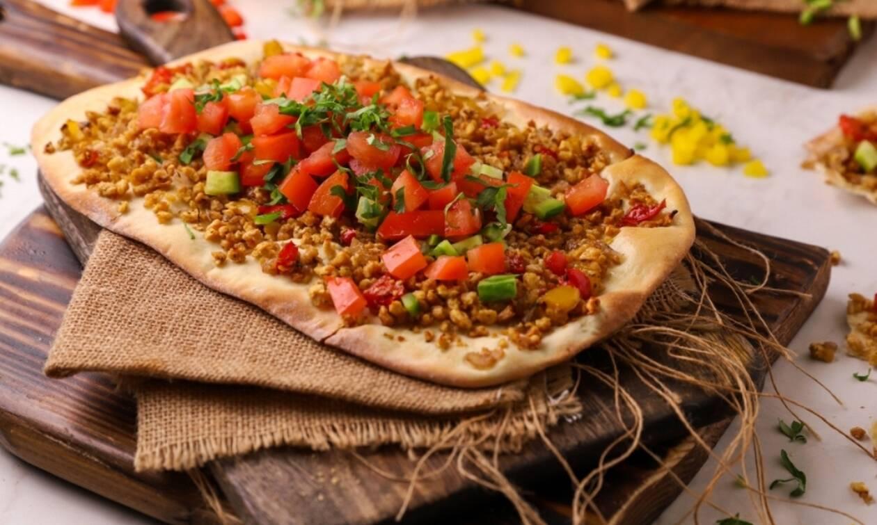 Συνταγή της ημέρας: Λαχματζούν με κιμά σόγιας