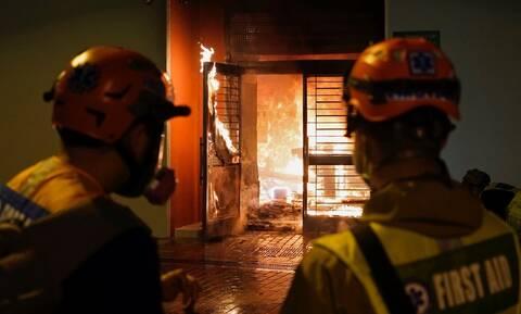 Κοροναϊός – Βία και τρόμος: Έκαψαν κτήριο - «καραντίνα» για πιθανά κρούσματα (pics)
