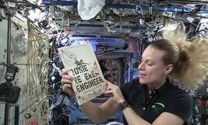 Αστροναύτες στο διάστημα διαβάζουν σε μικρά παιδάκια για να κοιμηθούν