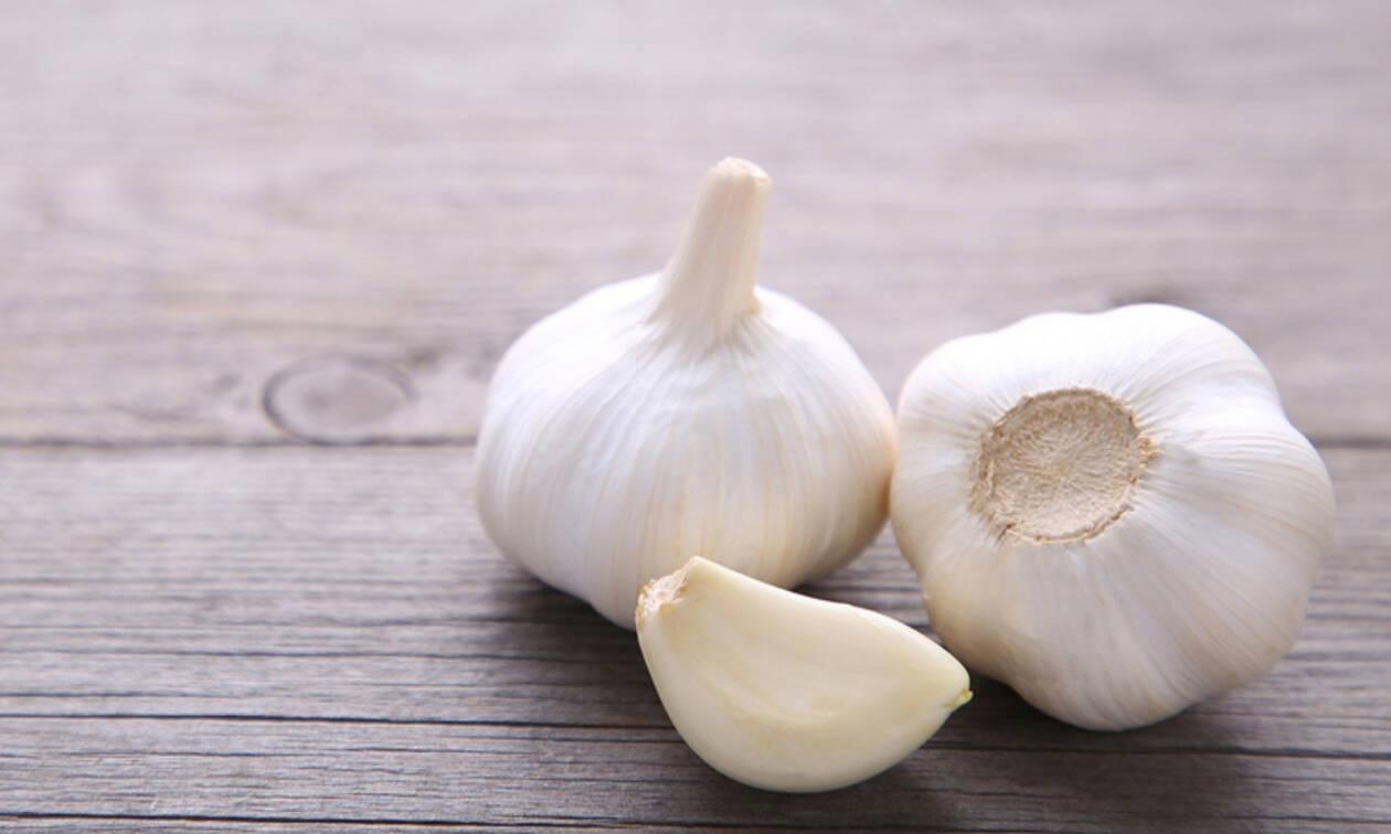 Οι αντιβιοτικές ιδιότητες του σκόρδου – Πώς πρέπει να καταναλώνεται (video)