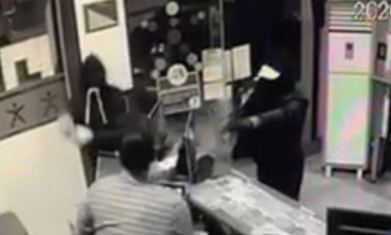 Βίντεο-σοκ: Ιδιοκτήτης πρακτορείου επιτίθεται σε ένοπλους κουκουλοφόρους
