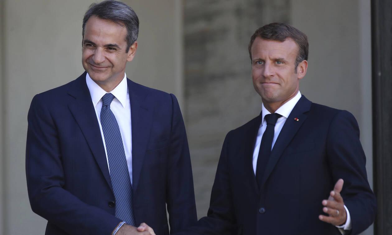 Θερμή υποδοχή Μακρόν στον Μητσοτάκη - Ο πρωθυπουργός στο Παρίσι στη σκιά του αντάρτικου Σαμαρά