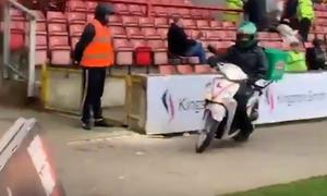 Απίστευτο: Μπούκαρε με μηχανάκι στο γήπεδο- Δεν φαντάζεστε για ποιο λόγο (photos+video)