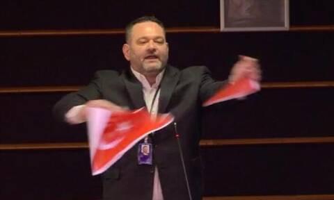 Ο Λαγός έσκισε την τουρκική σημαία στην Ευρωβουλή: Αντέδρασε ο Τσαβούσογλου, καταδίκασε το ΥΠΕΞ