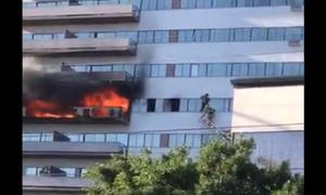 Εικόνες ΣΟΚ: Έπιασε φωτιά το κτήριο και πηδούσαν από τα μπαλκόνια (vid)