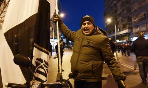 Συλλαλητήριο και... γάμος: Απίθανο σκηνικό στη διαδήλωση των οπαδών του ΠΑΟΚ! (photos)