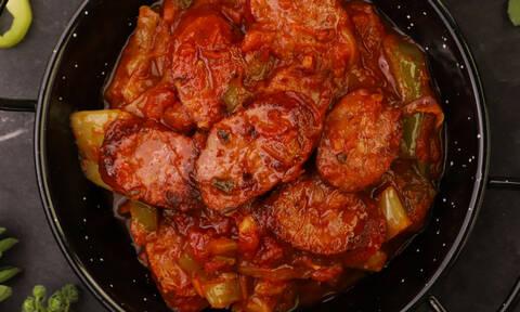 Η συνταγή της ημέρας: Σπετσοφάι με χωριάτικο λουκάνικο