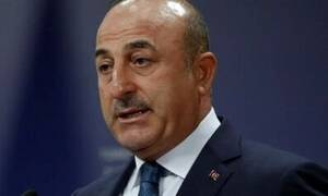 Чавушоглу назвал клоуном греческого парламентария, разорвавшего турецкий флаг