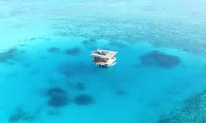 Ένα πολυτελές δωμάτιο ξενοδοχείου στη μέση του Ινδικού Ωκεανού