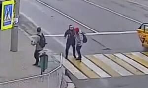 Βγήκε από το ταξί και πλάκωσε μία γυναίκα - Δεν περίμενε αυτό που έπαθε μετά (vid)
