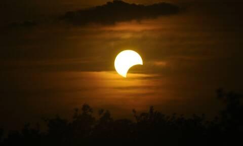 Μία από τις ωραιότερες φωτογραφίες από ηλιακή έκλειψη που είδαμε ποτέ (photos)