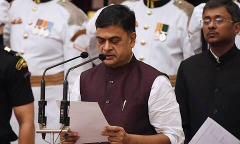Viral: Η ξεκαρδιστική προσπάθεια υπουργού να... κρατήσει τα μάτια του ανοιχτά! (vid)