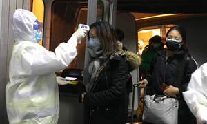 Κοροναϊός: Ο πρώτος νεκρός εκτός Κίνας – Κλείνουν τα σύνορα για τους Κινέζους