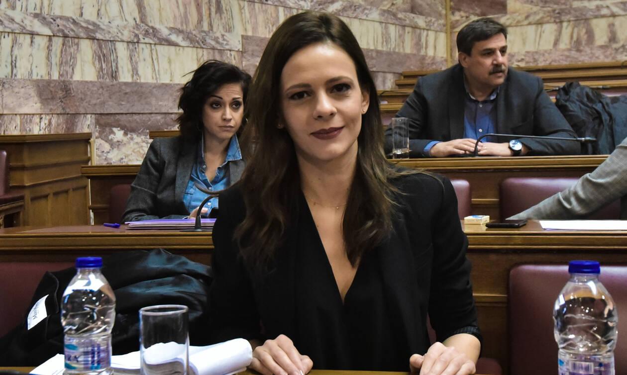Αχτσιόγλου: Οι διευκρινίσεις Βρούτση επιβεβαιώνουν την κυβερνητική απάτη