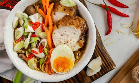 Η συνταγή της ημέρας: Σούπα ράμεν με κοτόπουλο, μανιτάρια και νουντλς