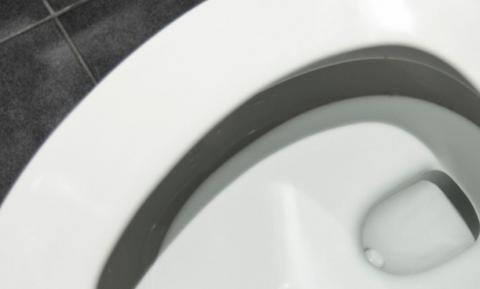 Το φυσικό κόλπο για τον καθαρισμό της τουαλέτας σας (video)