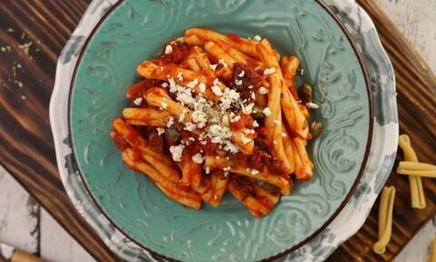 Η συνταγή της ημέρας: Σκιουφηχτά με λιαστή ντομάτα, ελιές και φέτα