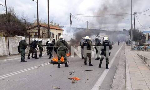 Asylum seekers from Moria hotspot begin protest march to Mytilene