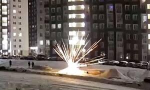 Σκληρές εικόνες: Πυροτέχνημα σκάει στα χέρια άντρα! (vid)