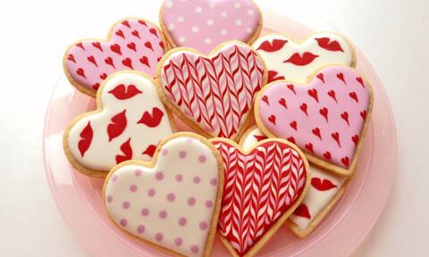 Φτιάξτε εντυπωσιακά μπισκότα για την ημέρα του Αγίου Βαλεντίνου (vid)