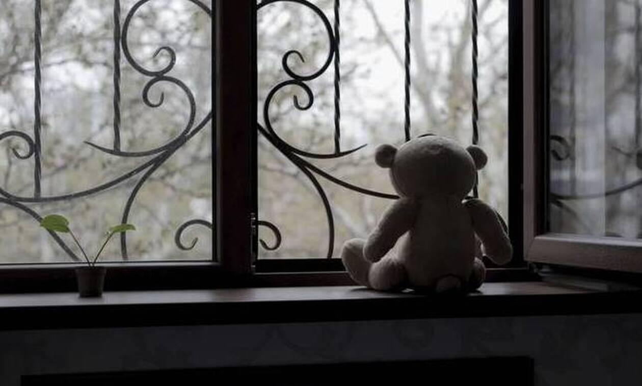 Φρίκη για ανήλικη στη Λαμία: Την βίαζε ο πατέρας της και την υποχρέωνε να τον αποκαλεί «μωρό μου»