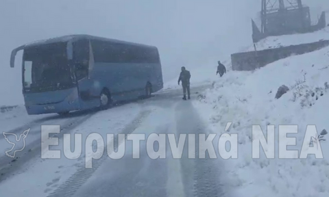 Κακοκαιρία: Λεωφορείο με 20 μαθητές εγκλωβίστηκε στον δρόμο προς Βελούχι