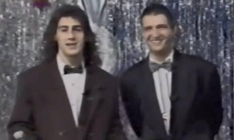 Με μακριά μαλλιά και παπιγιόν - Τον αναγνωρίζετε; Είναι πασίγνωστος Έλληνας παρουσιαστής (pics+vid)