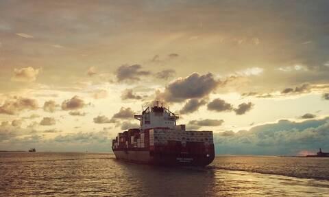 Συναγερμός στην Αίγινα: Φορτηγό πλοίο πλέει ακυβέρνητο