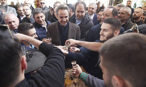 Ο Μητσοτάκης στην Κρήτη: Άκουσε μαντινάδες, ήπιε τσικουδιά και έβγαλε selfies