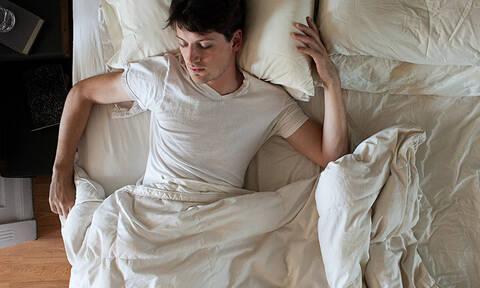 Ιδρώνεις στον ύπνο σου; Μάθε τον πραγματικό λόγο