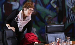 Κάρενμπάουερ: η «μίνι-Μέρκελ» που απέτυχε υπό τη σκιά της Άνγκελα