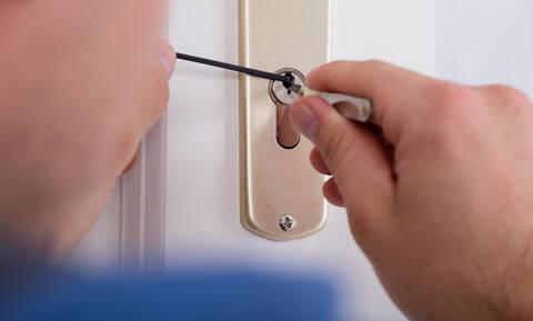 Απίστευτο κόλπο: Πώς να ξεκλειδώσεις την πόρτα σου αν κλειστείς έξω