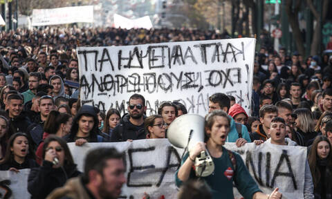 Pupils protest in Athens against equation of university degrees with college certificates