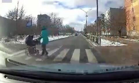 ΣΚΛΗΡΕΣ ΕΙΚΟΝΕΣ: Πήγε να περάσει το δρόμο με το καροτσάκι-Αυτό που έγινε κόβει την ανάσα (pics+vid)