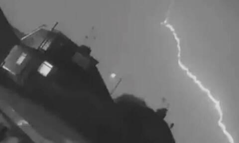 Τρόμος στον αέρα: Βίντεο από τη στιγμή που κεραυνός «χτυπάει» αεροπλάνο
