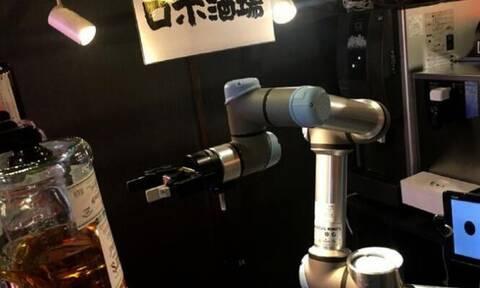 Το ρομπότ… μπάρμαν που σερβίρει κοκτέιλ σε ένα λεπτό (video)
