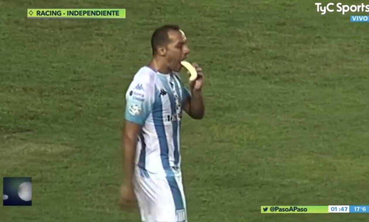 Μυθική κίνηση από παίκτη: Σκόραρε και έφαγε μπανάνα (video)
