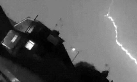 Εικόνες ΣΟΚ - Κεραυνός χτυπάει αεροπλάνο στον αέρα (vid)
