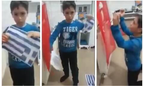 Προκλητικές εικόνες: Πιτσιρικάς στην Τουρκία σκίζει ελληνική σημαία